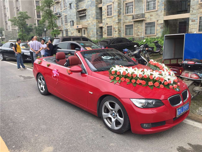 2016年1月15日 安徽良友宝马敞篷轿跑车领衔红色马六车队来到合肥公园